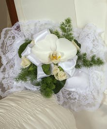Part of our White Waterfall collection, our elegant white garden flowers send your thoughts with style.